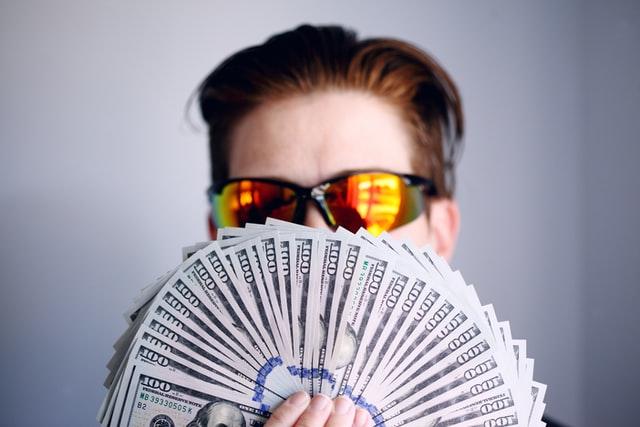 Mężczyzna z wachlarzem pieniędzy